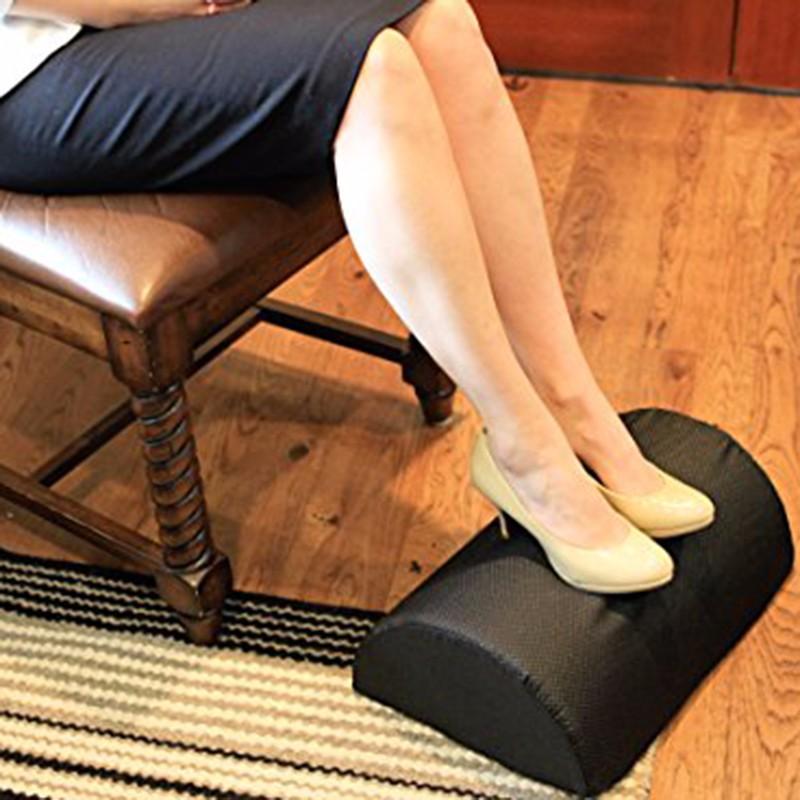 책상 밑에 놓인 인체 공학적 발 받침대