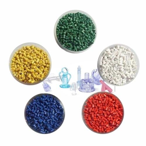 Quais são os materiais plásticos comuns usados na indústria médica?