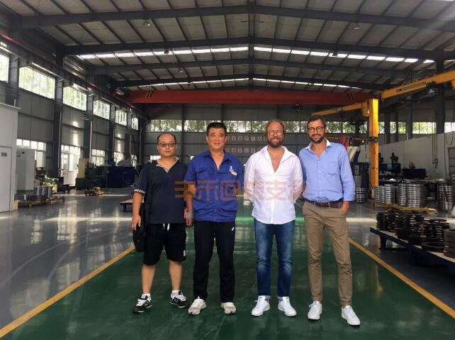 Customers from Italy visit us and check slewing bearing