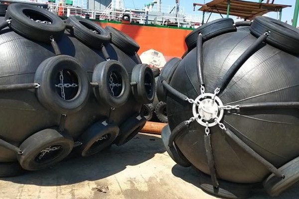 Fender für Schiffsliegeplätze