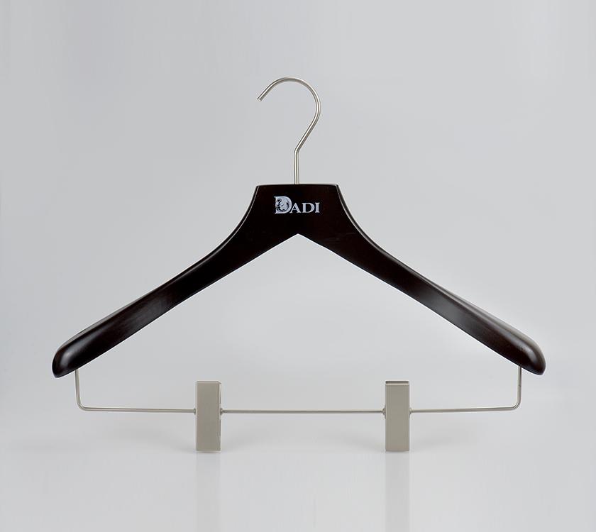 quần áo bằng gỗ treo