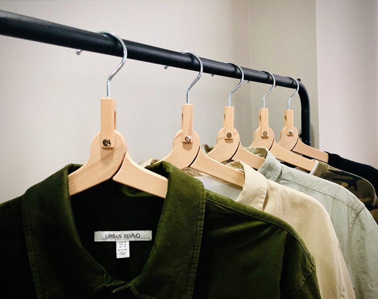 cabide de casaco de madeira