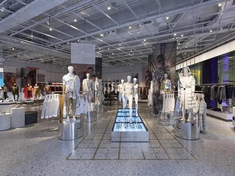 Việc số hóa giày dép và quần áo vào năm 2021 đã trở thành một xu hướng.