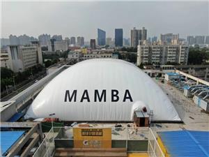 Salão de basquete Air Dome comemorando o espírito da