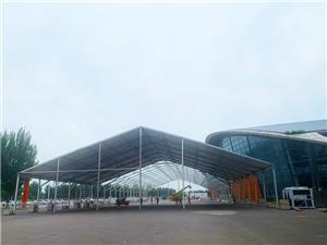 Salão de exposições temporárias ao ar livre em grande escala