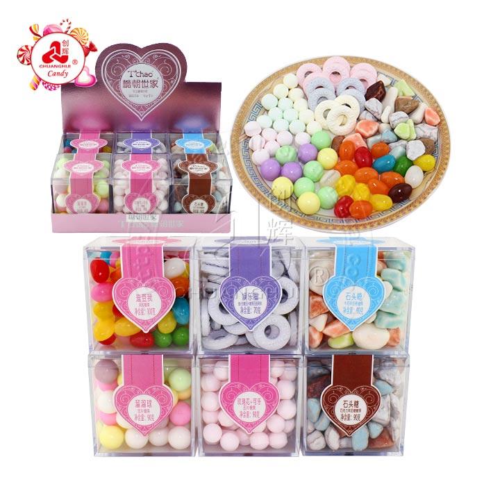 Bonbons variés supérieurs dans la boîte carrée