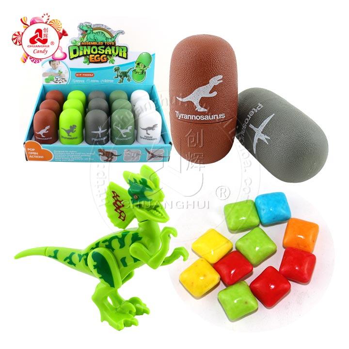 Capsule de bonbons de jouets d'oeufs surprise colorés assemblés avec des jouets de dinosaures carnivores