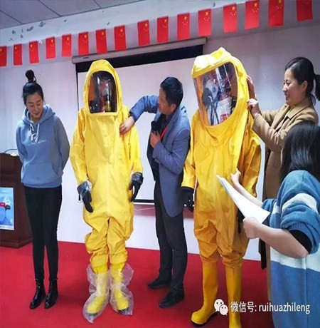 सुरक्षा सुरक्षात्मक कपड़े पहने प्रतियोगिता
