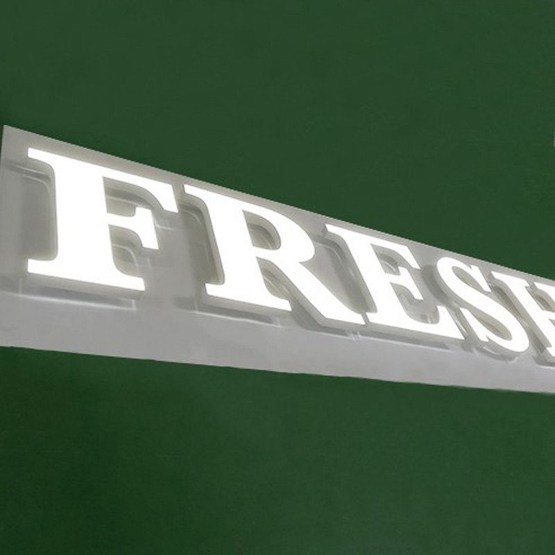 ロゴサイネージを表示するミニアクリルサイン文字を表示