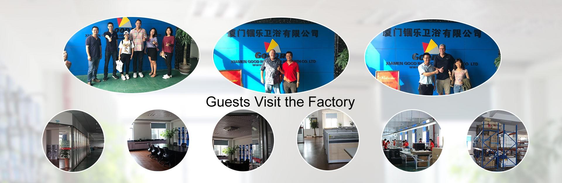 Huéspedes visitan la fábrica