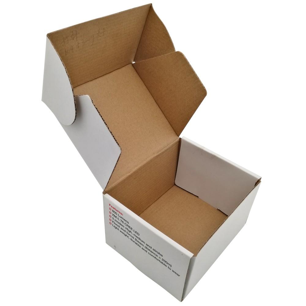 Большая белая пустая картонная коробка