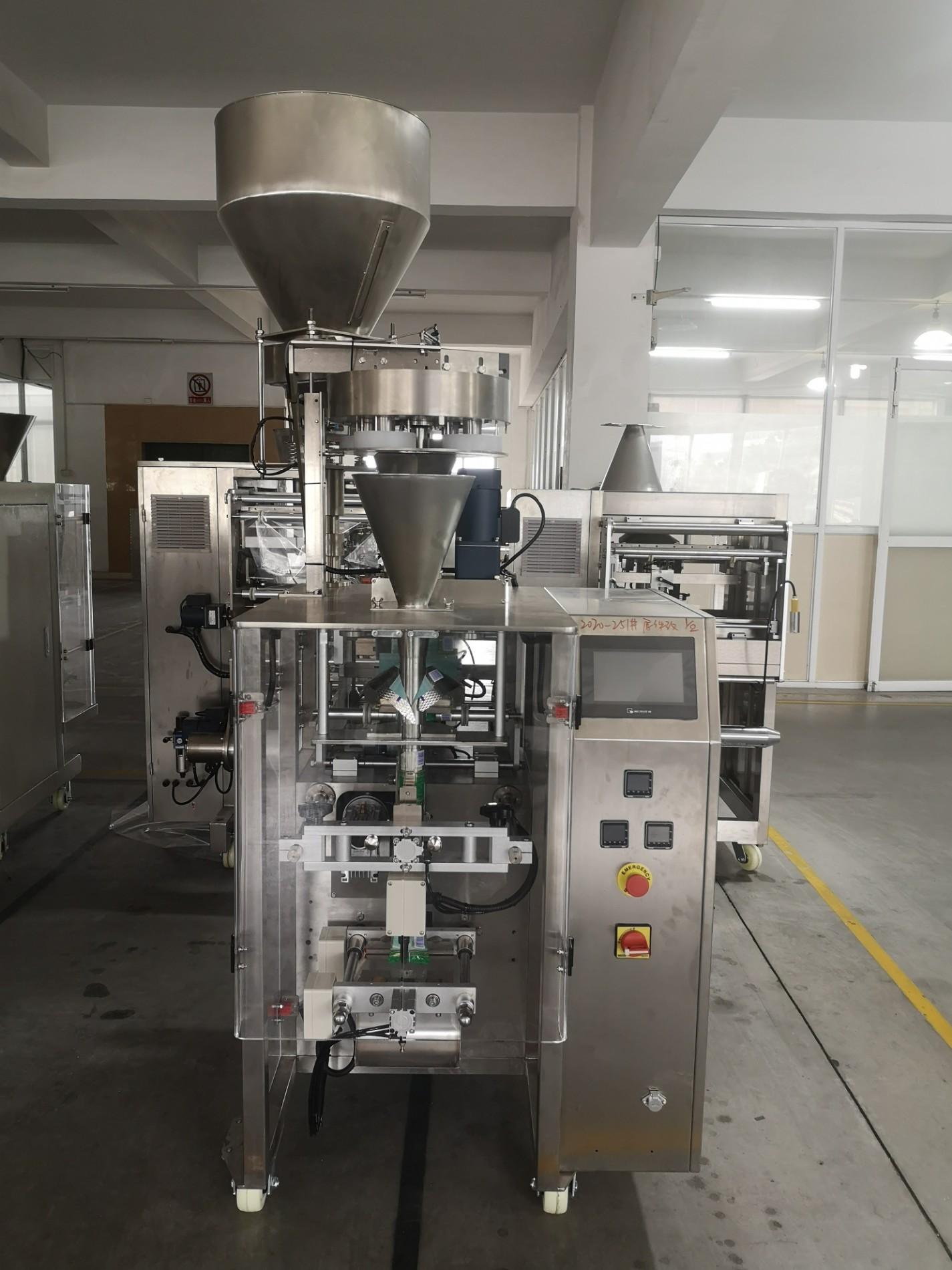 Máquina de embalagem vertical para alimentos expandidos com copo volumétrico