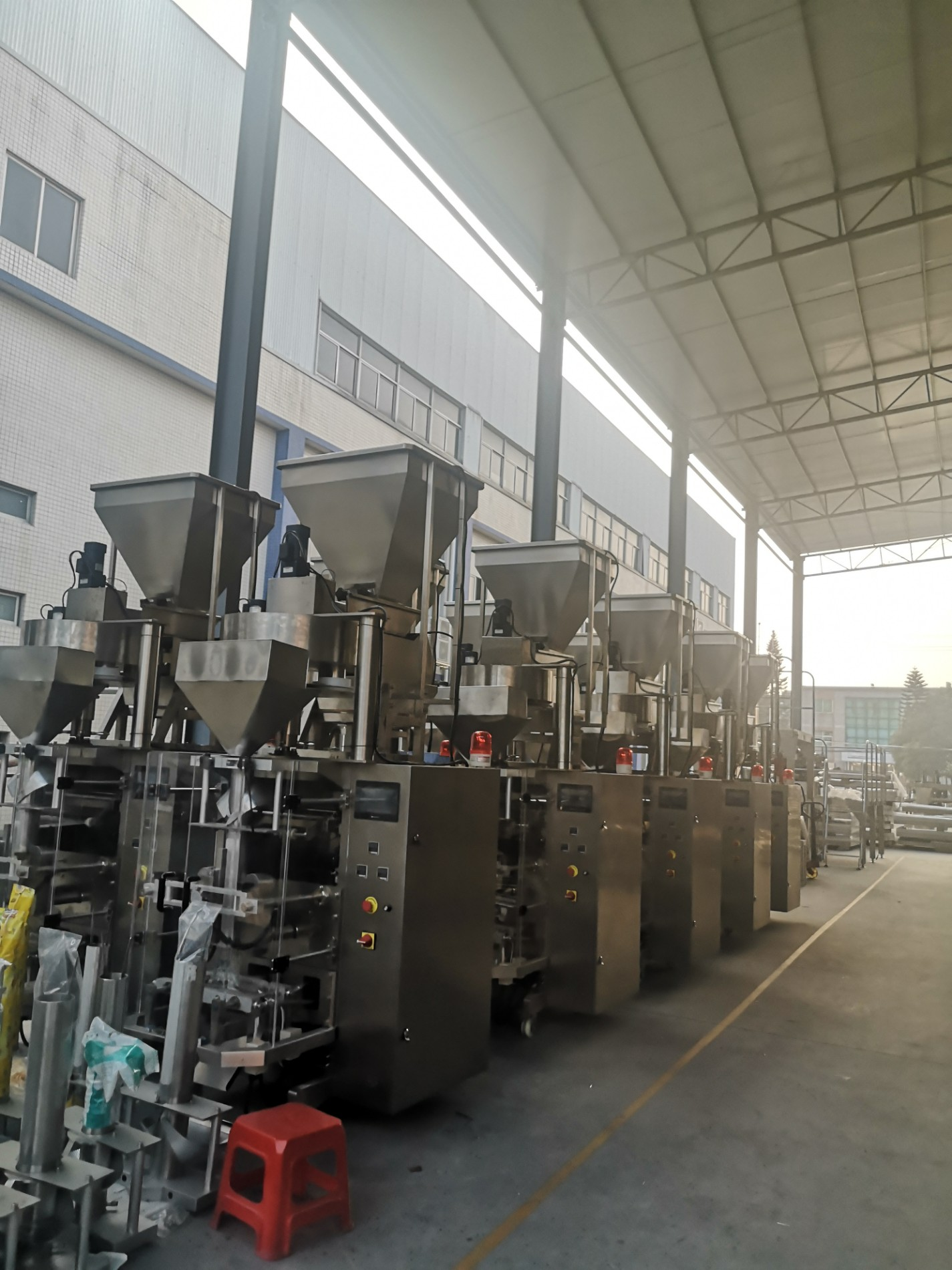 Machine de conditionnement verticale avec tasse volumétrique pour emballer les aliments soufflés