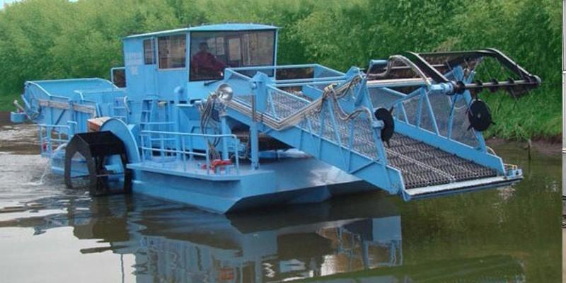 Curățarea apei și barca de salvare a gunoiului