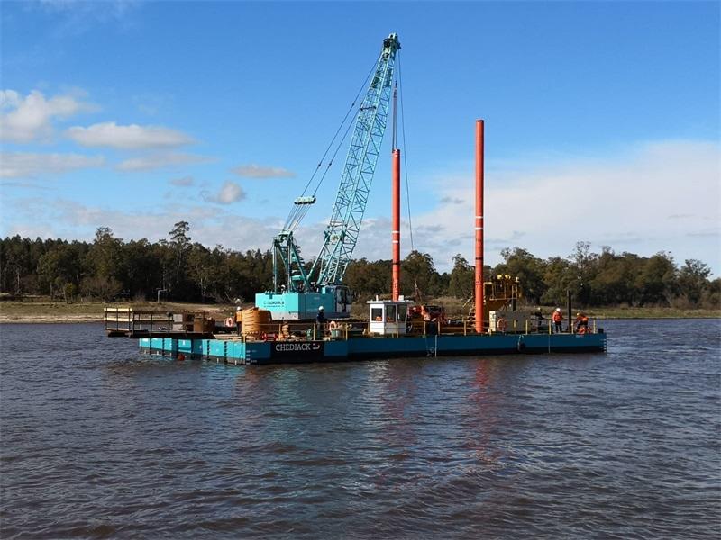 Kranponton zur Unterstützung und Handhabung von Kranarbeiten im Uruguay-Fluss