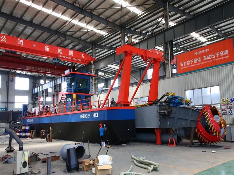 يتم استخدام حفارة شفط طراز HID Build Heavy Type CSD 6024 في الإمارات العربية المتحدة ومصر
