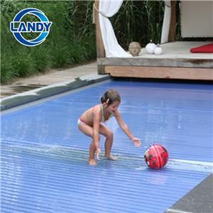 Substituição automática da cobertura da piscina embutida