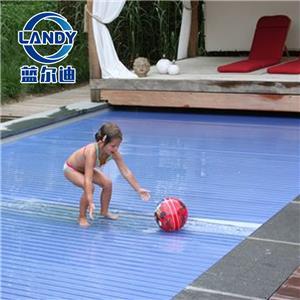Capa rígida de piscina para segurança infantil