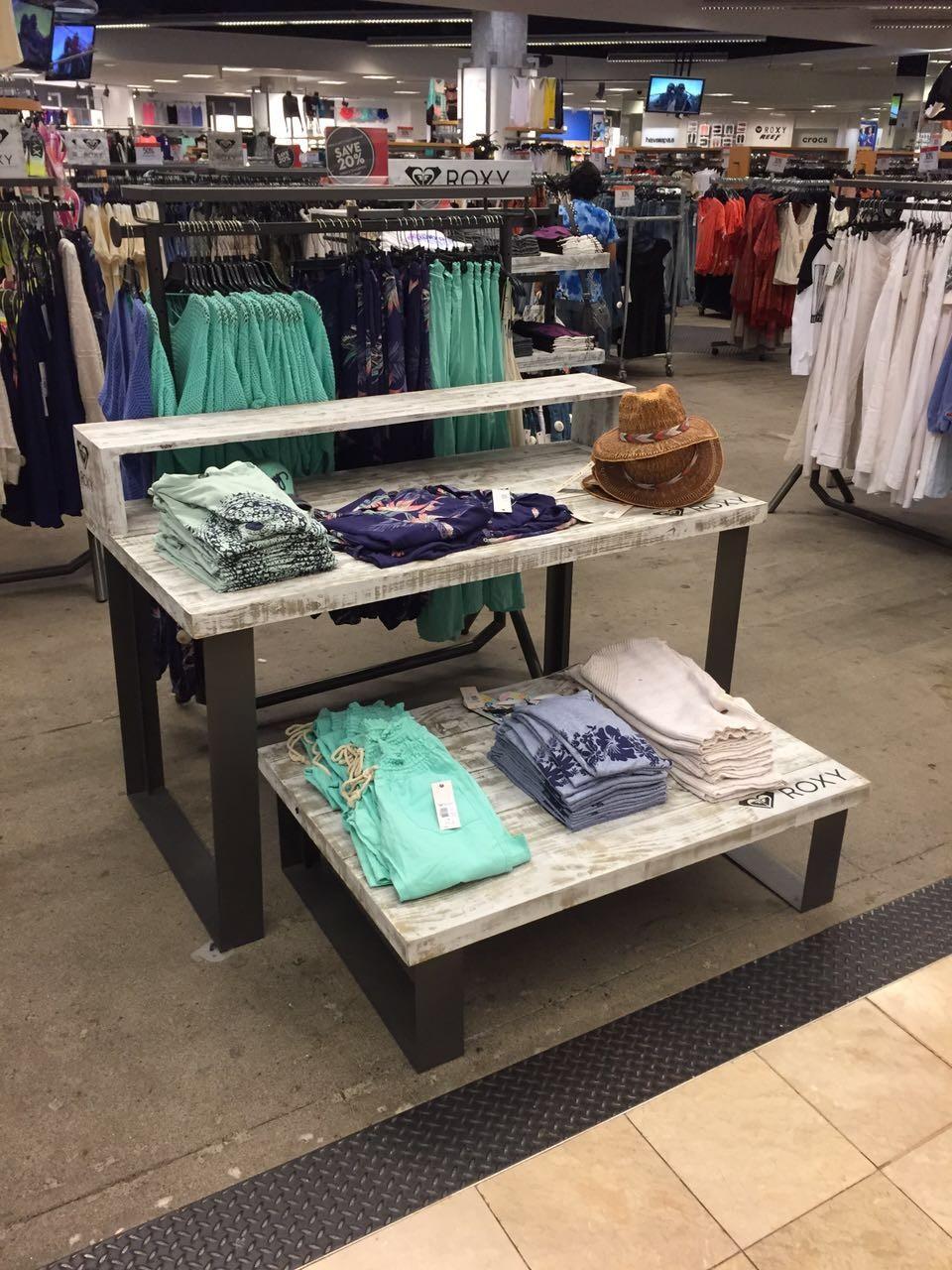 طاولة عرض خشبية