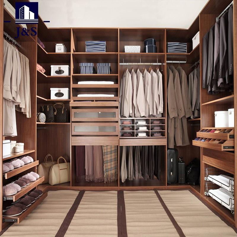 berjalan kaki kecil dalam organisasi bilik pakaian dalam simpanan Kabinet almari
