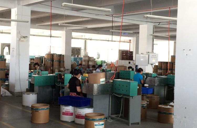 La cinta de hilo de teflón se enrolla manualmente alrededor del área de trabajo