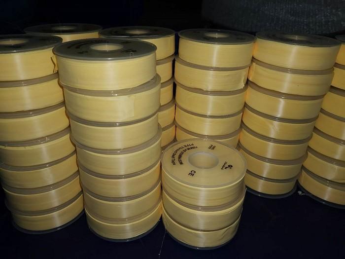 Produzione dell'avvolgimento del nastro con filo PTFE giallo da 3/4