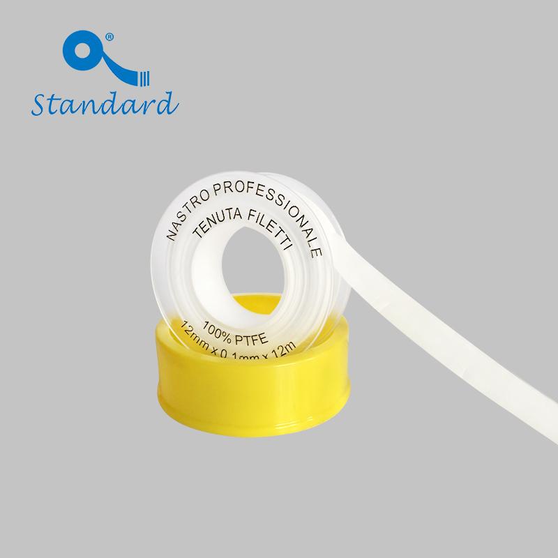 El plomero utiliza cinta roscada de PTFE
