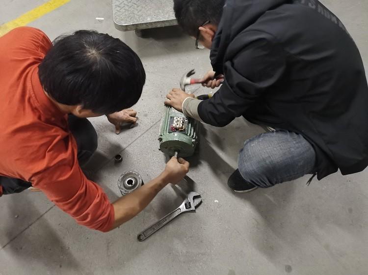 Техническое обслуживание станков с резьбовыми ремнями STNDARD ptFE. В декабре каждого года, в соответствии с производственным графиком, компания организует обслуживающий персонал завода для проверки и обслуживания всех машин в производстве, чтобы машины всегда могли поддерживать наилучшее рабочее состояние.  Производство ленты с резьбой из ПТФЭ является полностью автоматическим и полуавтоматическим, поэтому хорошее машинное состояние может повысить качество производства ленты из ПТФЭ.
