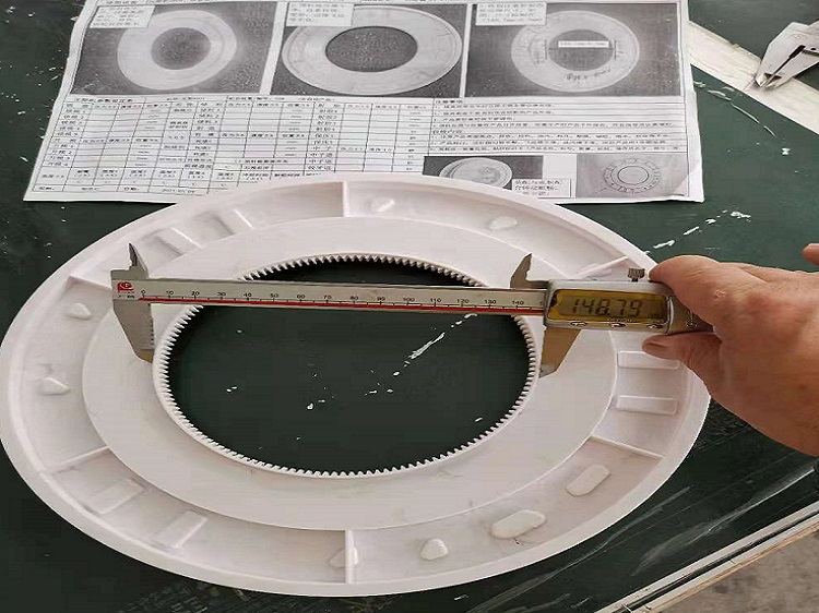 Producción artesanal de tocadiscos electrónicos La máquina de moldeo por inyección estándar 200T produce piezas de plástico para artesanías electrónicas. Producción de material ABS, blanco lechoso puro. Los clientes tienen altos requisitos para la precisión de los productos. Su error debe controlarse a 0.03 mm. La superficie debe estar muy limpia, libre de rayones, grasa. El producto no se puede deformar.