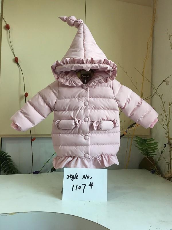 Mädchen ziemlich warmer gepolsterter Mantel