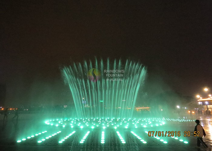 Dekoracyjna parkowa fontanna z mgłą