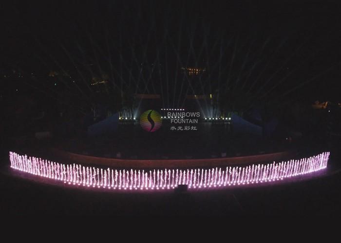 Oświetlona fontanna z okrągłym basenem