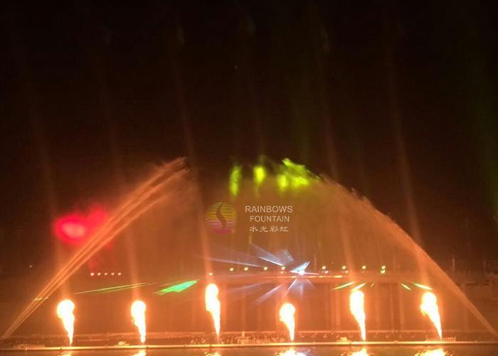 Odkryta duża tańcząca fontanna ognia z wodą