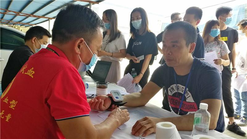 Il nostro CEO, il signor Chen Qicai, sta donando il sangue..jpg