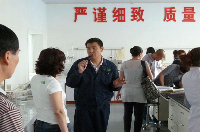 Клиенты посещают фабрику
