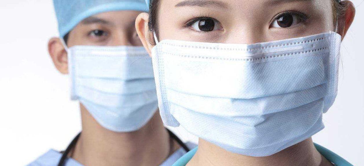 В Чехии людей обязали носить одновременно две маски
