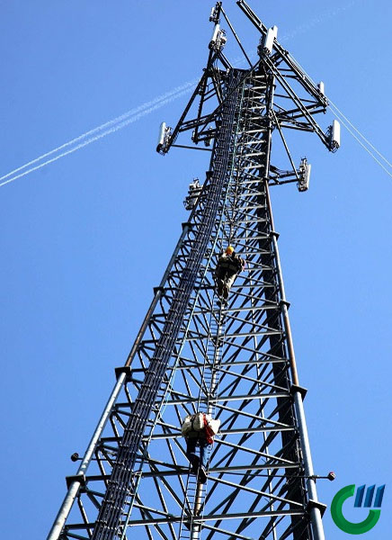 Torre híbrida de telecomunicaciones