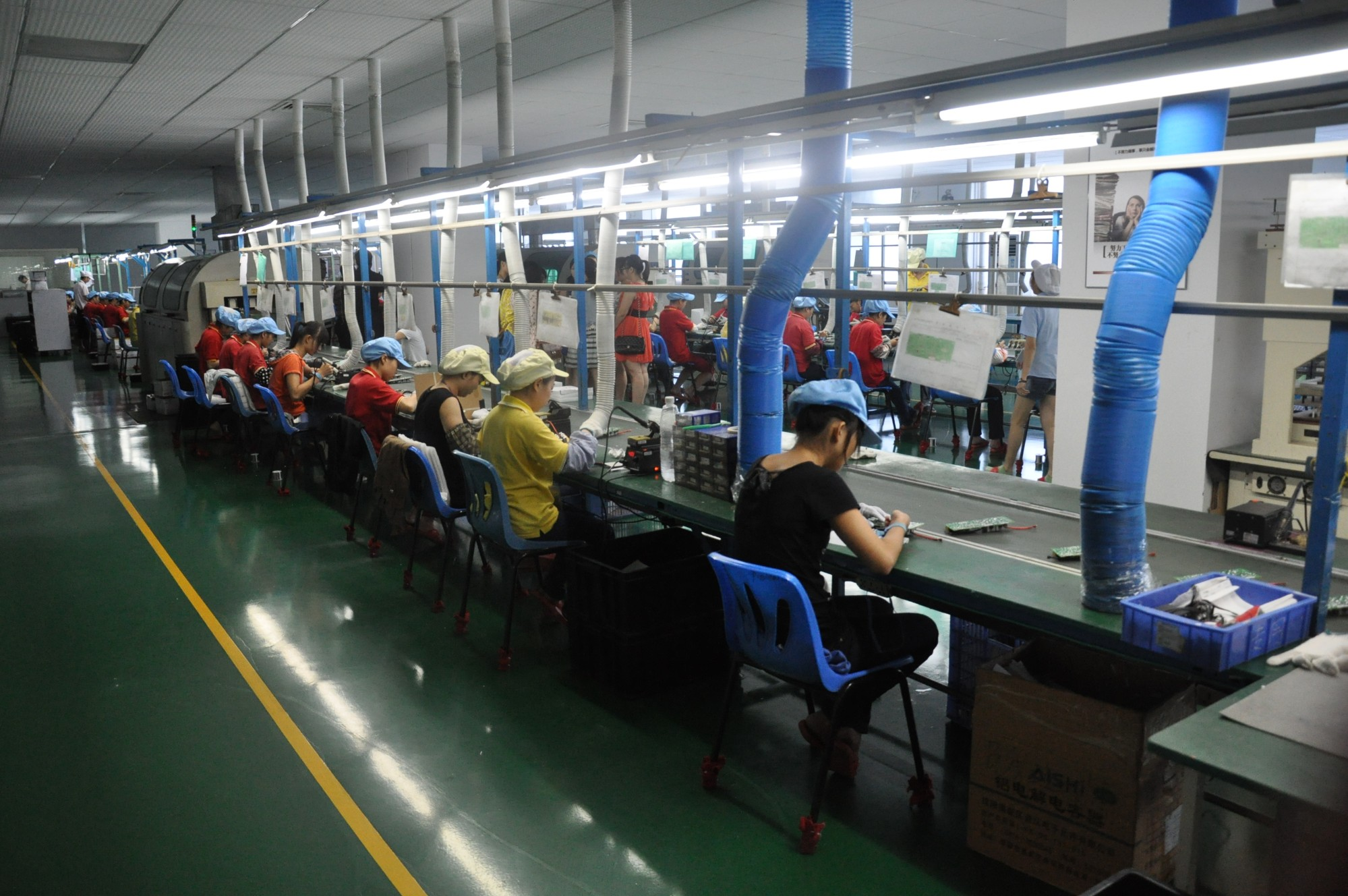 Atelier et employés de l'usine UNIPOWER