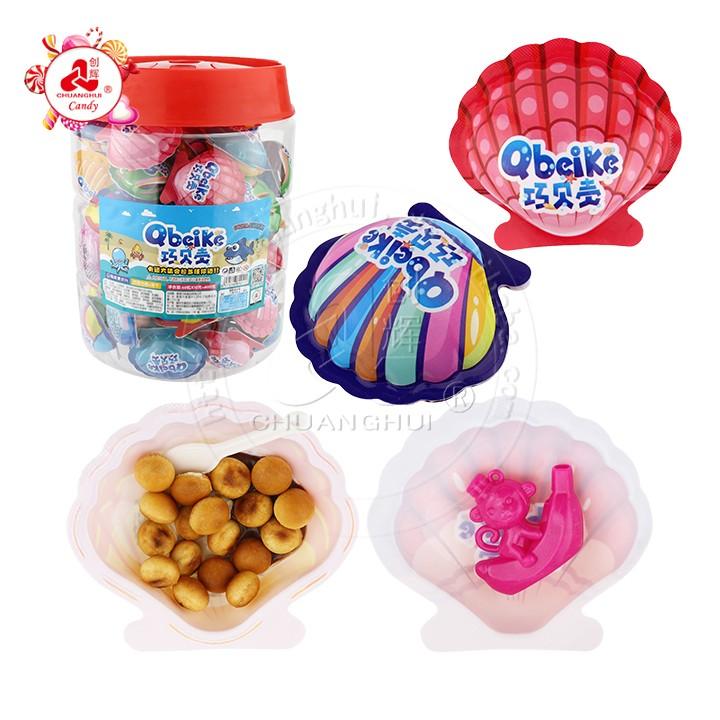 Bonbons aux oeufs de biscuit de chocolat d'oeuf de forme de coquille de mer avec des jouets assortis