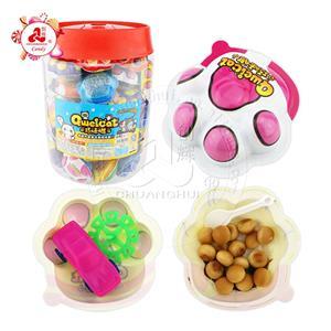 Конфета из шоколадного печенья с сюрпризом в форме лапы кошки с разными игрушками
