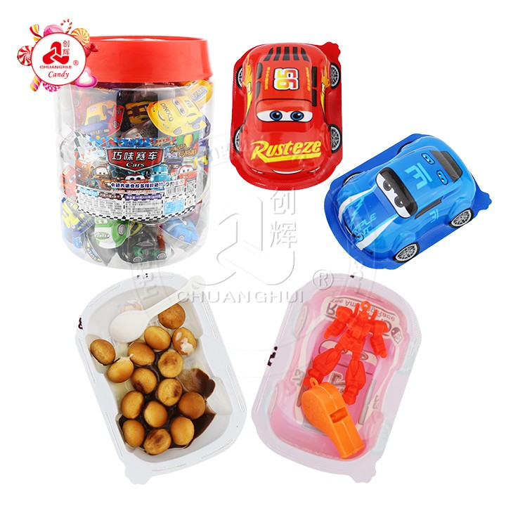 Biscuit de chocolat d'oeuf surprise de forme de voiture de course de dessin animé avec des jouets assortis