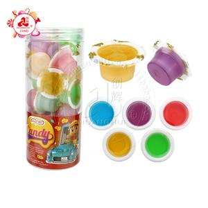 Смешайте чашки с фруктовым вареньем с фруктовым сиропом и жидкие конфеты в банке.