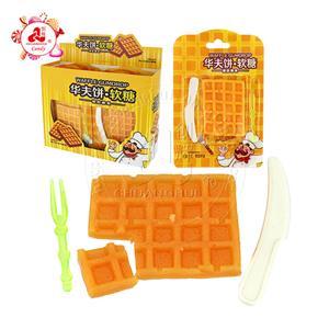Мягкие конфеты в форме мармеладных конфет в форме вафельного торта со вкусом фруктов, нож и вилка