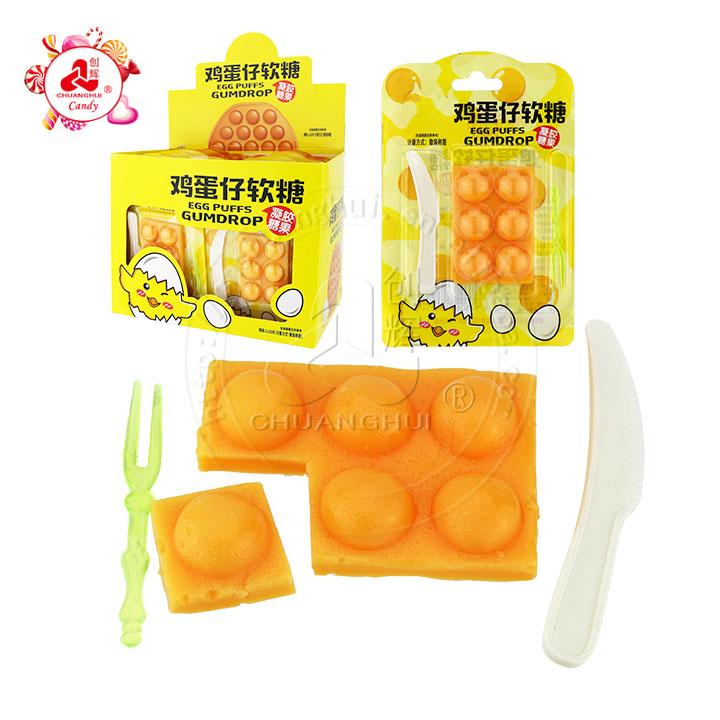 Bonbons gélifiés en forme de bouffées d'œufs à saveur de fruits avec couteau et fourchette