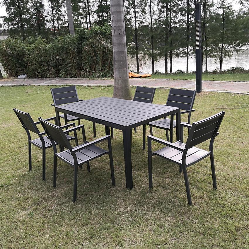 طاولة خارجية