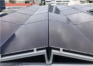 Sistema di scaffalature per tetti piani da 100 KW est-ovest a Singapore