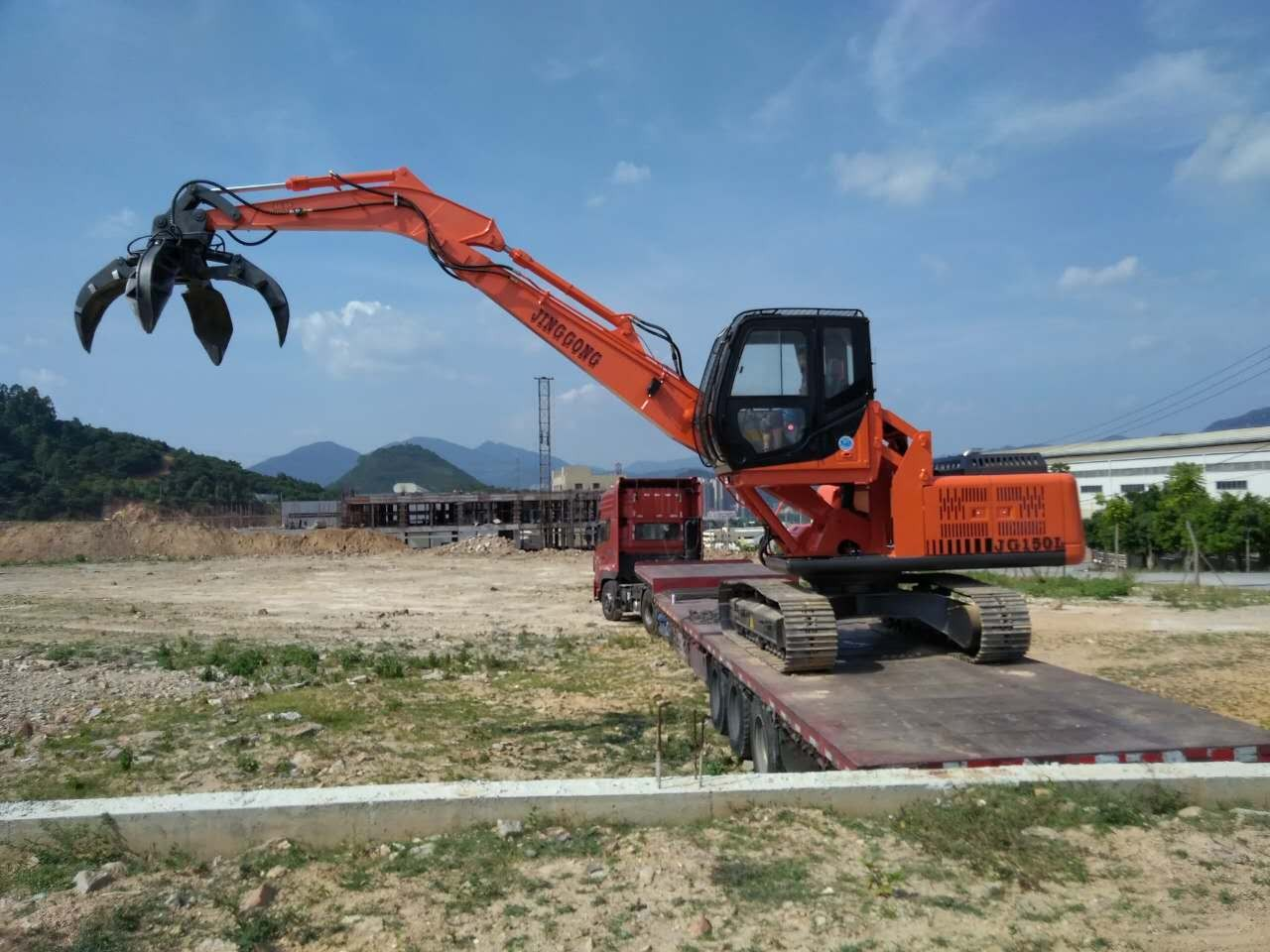 Excavator with Orange Peel Grapple for Grabing Metal Scraps