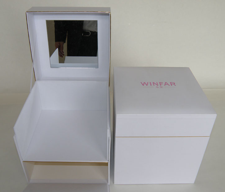 Cosmetic box with mirror