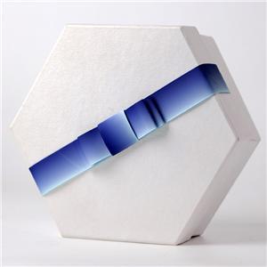 Ruban de ruban d'emballage enveloppé dans une boîte cadeau auto-adhésive