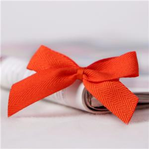 Подарочная упаковка в виде банта из красной ленты для декорирования бантов